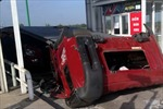 Hàng chục tấn thép ủi bay đầu xe container