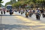 Xe máy 'thi nhau' trượt ngã vì đường trơn nhớt
