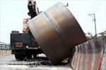 Dân hốt hoảng né cuộn thép 20 tấn rơi xuống đường