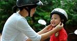 Phụ huynh không đội mũ bảo hiểm cho trẻ em sẽ bị xử phạt