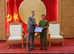NCA tặng thiết bị phòng chống tội phạm cho Cảnh sát Việt Nam
