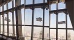 Hoảng hồn cảnh công nhân lau kính bị gió tạt ở tầng 91