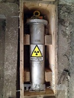 Gắn thiết bị định vị vào thiết bị chứa nguồn phóng xạ