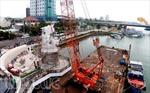 Lắp đặt tượng 'Cá chép hóa rồng' nặng 200 tấn