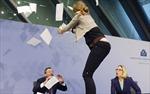 Chủ tịch ECB bị ném hoa giấy trên bàn họp