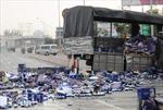 Xe tải nổ lốp, hàng trăm thùng bia vương vãi khắp mặt đường