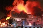 Kho hoá chất cháy suốt đêm, khói độc ngùn ngụt bốc