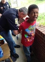 Mẹ báo cảnh sát bắt con trai 10 tuổi