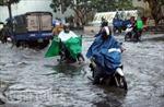 Người Sài Gòn bì bõm trong nước đen ngòm sau cơn mưa lớn