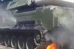 Xe tăng chở tên lửa Nga bốc cháy trong lễ duyệt binh