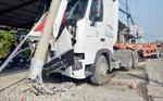 Xe container mất lái, tông đổ cột điện