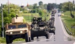 Xe quân sự Mỹ chạy rầm rập trên đường phố Romania
