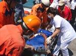 Đưa 2 ngư dân bị tai nạn lao động trên biển về bờ chữa trị