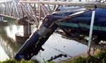 Tàu hỏa trật đường ray, suýt rơi xuống sông
