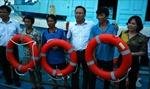 Trao phao cứu sinh và thiết bị y tế cho ngư dân huyện đảo Cô Tô