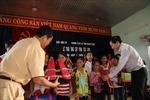 Quảng Bình: Trao 200 cặp phao cứu sinh cho học sinh vũng lũ