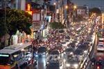 Đường phố Hà Nội ùn tắc vì mưa bão