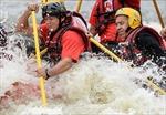 Ngoại trưởng Nga mạo hiểm chèo thuyền vượt suối