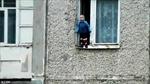 Hoảng hồn bé trai đứng chơi ở cửa sổ tầng 8