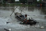 Nổ ghe chở dầu, 20.000 lít dầu nguy cơ tràn ra sông