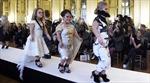 Dàn người mẫu 1,3 m tỏa sáng tại Paris