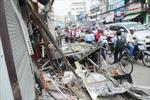 Xe xúc đất lao vào nhà dân, 4 người thoát nạn