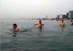 Lãnh đạo Đà Nẵng tắm biển cùng du khách