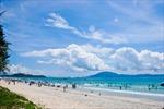 Nhiều du khách đã đến nghỉ dưỡng tại biển Thiên Cầm