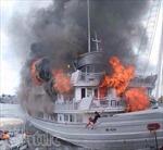 """Tàu du lịch Quảng Ninh """"chìm"""" trong lửa"""
