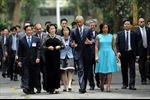 Bí mật về người phụ nữ bên cạnh ông Obama ngày 23/5