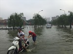 """Phố Hà Nội thành """"sông"""" sau cơn mưa lớn"""