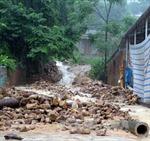 Mưa lớn, lốc xoáy làm sập 19 căn nhà