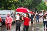 Thí sinh đội mưa làm thủ tục thi THPT quốc gia