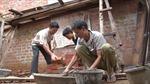 Đồng bào Đăk Pek giúp nhau xây nhà
