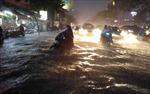 Đường Sài Gòn thành sông sau mưa lớn