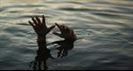 Tập bơi trong ao, hai cha con đuối nước