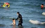 Bộ trưởng Nội vụ Pháp phản đối luật cấm burkini Hồi giáo