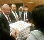 Ngoại trưởng Mỹ tặng bánh pizza để xin lỗi ông Lavrov