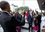 Không selfie được, ông Bush nhờ ngay Tổng thống Obama