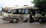 Xe container tông dúm xe khách, 7 người bị thương