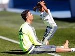 Cristiano Ronaldo thành cậu bé nhặt bóng trong trận đấu của con