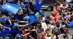 Kinh hãi xe cảnh sát Philippines tông người biểu tình