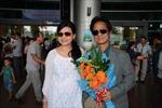 Chế Linh rạng rỡ cùng vợ về Việt Nam chuẩn bị cho liveshow tại Hà Nội