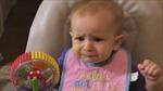 Biểu cảm siêu đáng yêu của bé gái lần đầu ăn súp lơ xanh