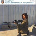 Nữ quân nhân Israel duyên dáng trong bộ đồ lính