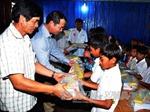 Đại sứ quán Việt Nam thăm hỏi bà con Việt kiều gặp khó khăn tại Campuchia