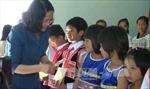 Phó Chủ tịch nước tặng quà các hộ nghèo và trẻ mồ côi