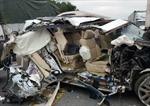 Xe sang Lexus 570 nát sườn vì tông đuôi xe tải