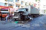 Xe container mất lái đâm xe buýt, ít nhất 10 người bị thương