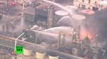 Vòi rồng xối xả dập lửa ngút trời tại nhà máy lọc dầu Nhật Bản